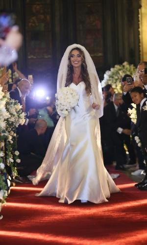 Nicole entra sozinha na igreja em seu casamento com Marcelo