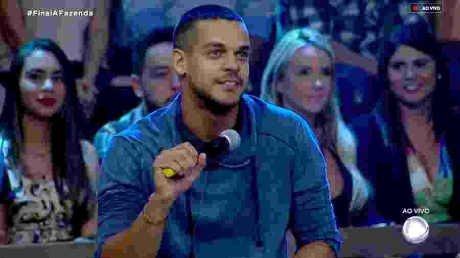 """Caique Aguiar escuta o apresentador Marcos Mion durante grande final de """"A Fazenda 10"""" - Reprodução/RecordTV"""
