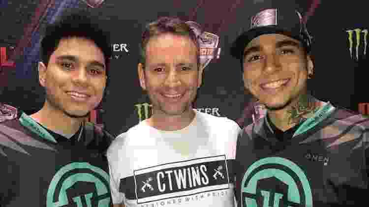 Unidos pelo Counter-Strike: o pai Charles com os gêmeos HEN1 e Lucas1 - Arquivo pessoal