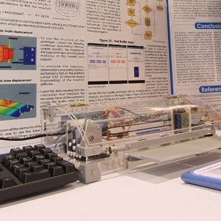 A impressora funciona tanto com teclado quanto por comando de voz e envio de arquivo, via aplicativo - Divulgação