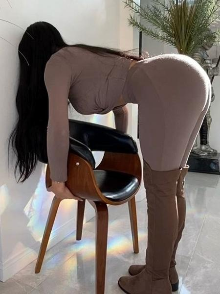 """Jailyne Ojeda fazendo o """"Desafio da cadeira"""" - Reprodução/Instagram"""