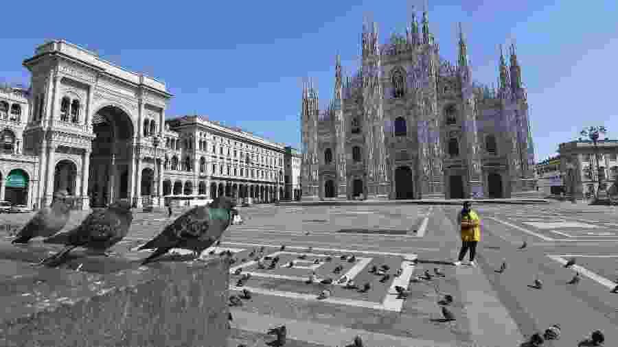 A Praça Duomo, em Milão, fica deserta após o governo italiano adotar medidas de restrição da circulação - DANIEL DAL ZENNARO/EPA