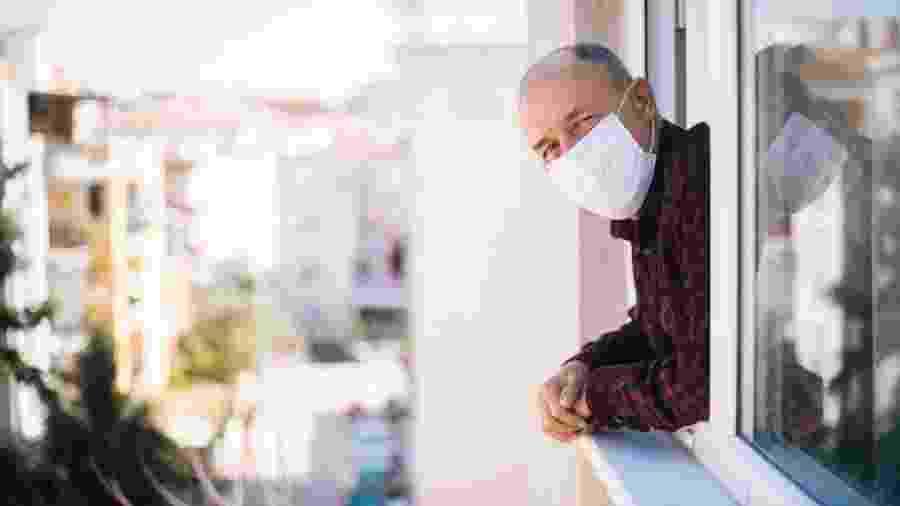 Pesquisa realizada na Inglaterra confirmou que a idade é um dos principais fatores de risco de morte por covid-19 - iStock