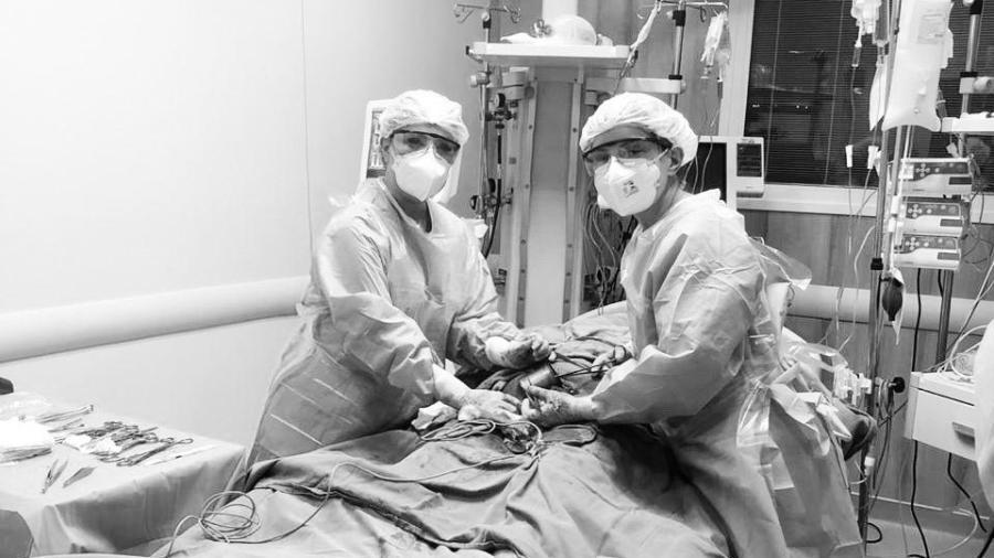 A obstetra Renata Lopes durante parto realizado em leito de UTI do HC de São Paulo - Arquivo pessoal