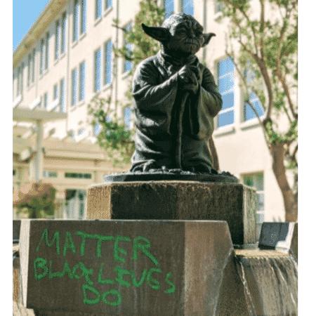 Estátua de Yoda ganha frase de protesto antirracista - Reprodução/Twitter