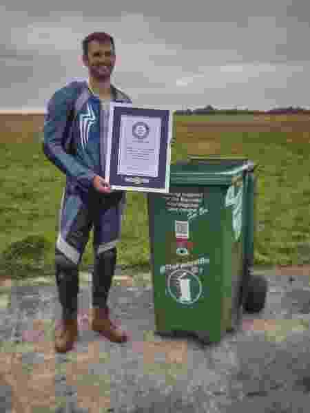O engenheiro britânico Andy Jennings e sua lata de lixo possante: 72km/h e recorde mundial - Reprodução/Instagram