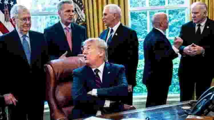 Donald Trump fala com o líder republicano do Senado, Mitch McConnell (à esquerda) - GETTY IMAGES - GETTY IMAGES