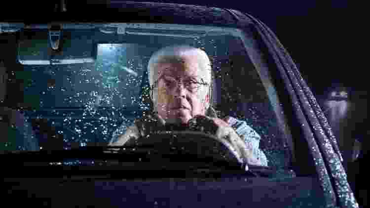 Idoso dirigindo, homem idoso ao volante com chuva, dirigir na chuva - iStock - iStock