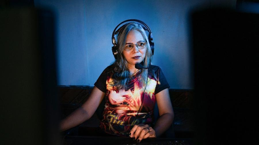 """Lucilene Montanha, mais conhecida no universo Game como """"Tia Lu in Game"""", faz as tramissões de seus jogos no Facebook e tem mais de trinta mil seguidores - Juliana Pesqueira"""