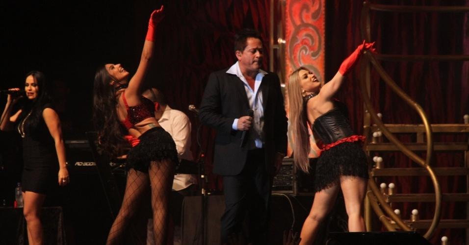 25.jun.2015 - Leonardo canta seus grandes sucessos em show performático Cabaré no Barra Music, na zona oeste do Rio de Janeiro, na noite desta quinta-feira
