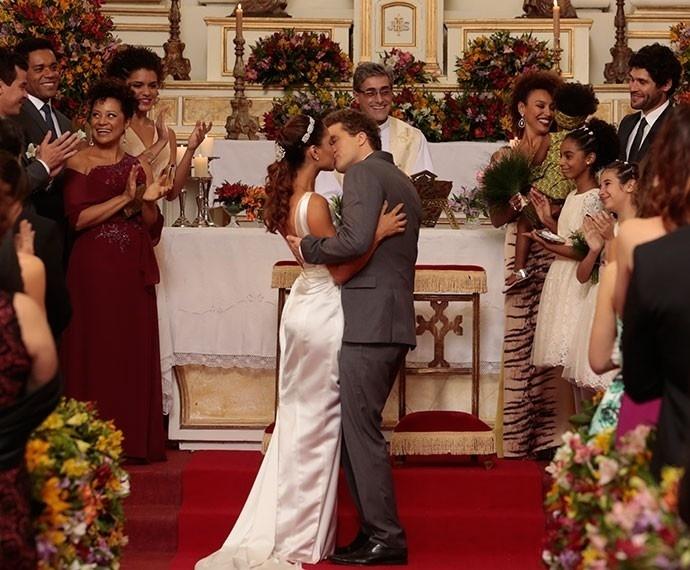 Regina e Vinícius se casam no último capítulo