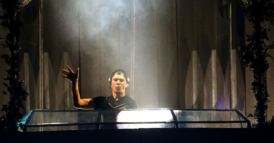 4.dez.2015 - DJ Tiësto foi a atração principal do primeiro dia do festival de música eletrônica EDC (Electric Daisy Carnival), que acontece nesta sexta (4) e termina às 6h do domingo (6), em Interlagos.