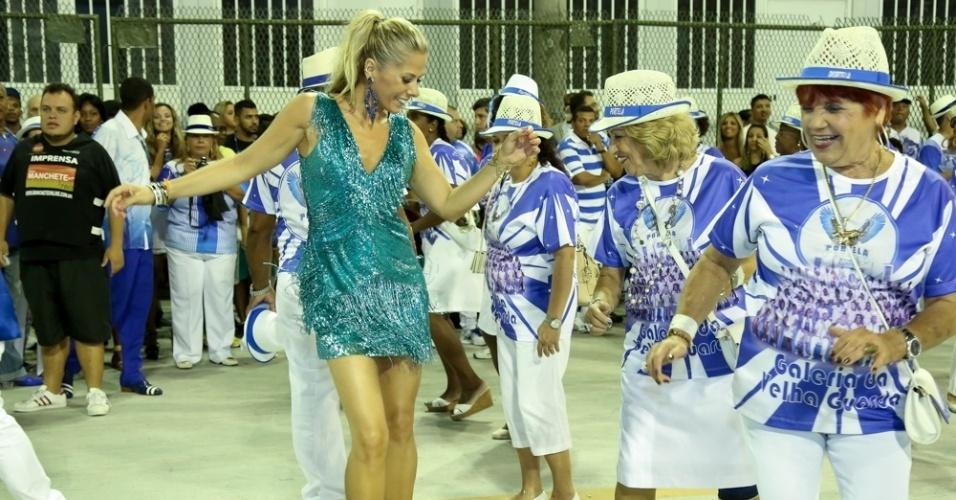17.jan.2016 - Elegante, Adriane Galisteu samba com mulheres da Velha Guarda da Portela em ensaio técnico na Sapucaí