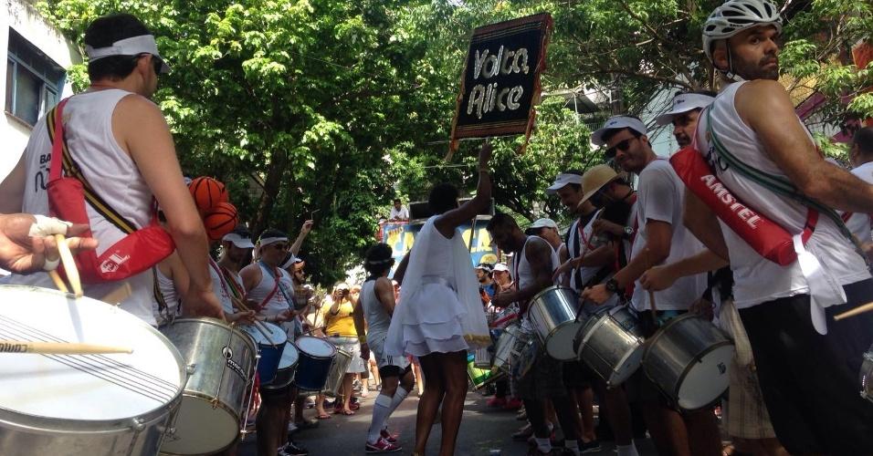 24.jan.2015 - Foliões curtem o Bloco Volta, Alice na manhã de domingo pelas ruas de Laranjeiras, no Rio
