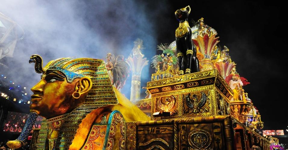 6.fev.2016 - Carro alegórico da Águia de Ouro reproduz o Egito