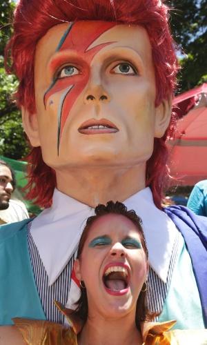 6.fev.2016 - Uma das criadoras do bloco Bumba Meu Bowie, a designer Cecilia Torres posa com o boneco de Olinda de David Bowie.
