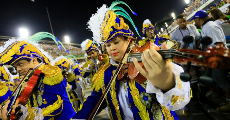 8.fev.2016 - Ala da Beija-Flor trouxe violonistas para homenagear o Marquês de Sapucaí