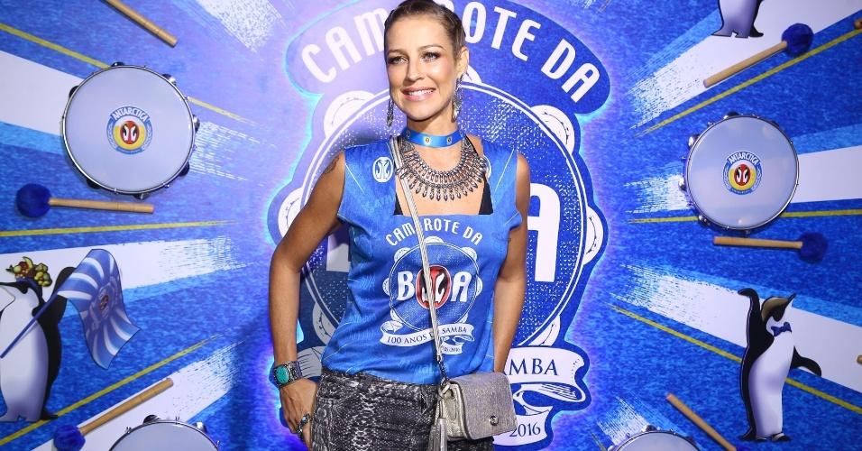 13.fev.2016 - Aos 39 anos, Luana Piovani confere Desfile das Campeãs e conta que planeja adotar mais um filho
