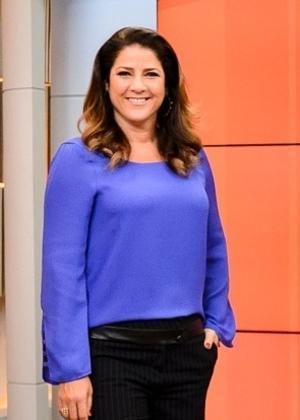 """Christiane Pelajo posa no cenário do """"Jornal da Globo News"""""""