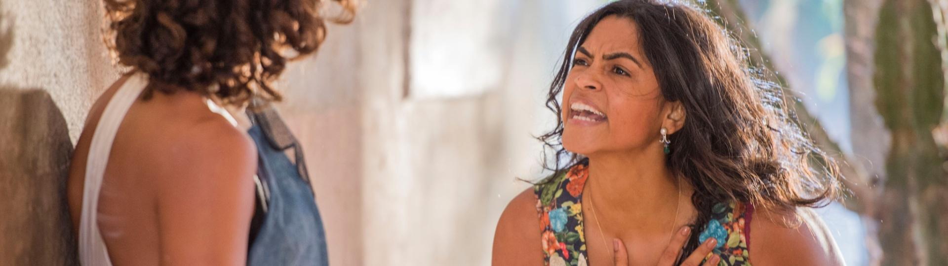 Luzia (Lucy Alves) discute com Tereza (Camila Pitanga) por Santo (Domingos Montagner)