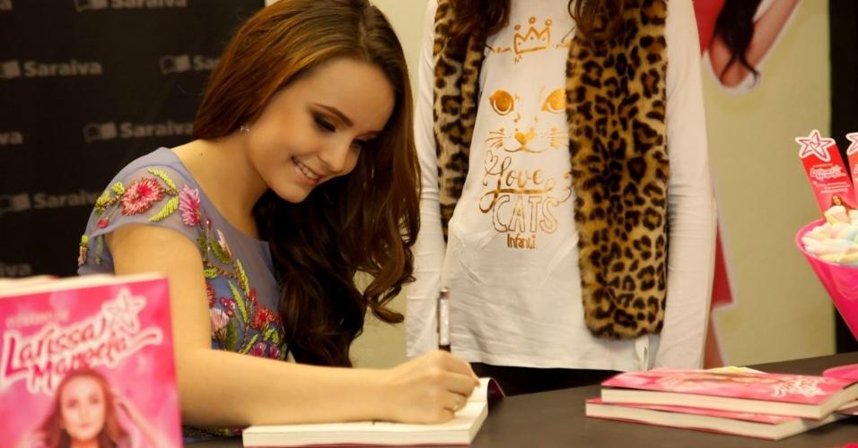 Larissa Manoela lança seu 1º livro e reúne multidão em shopping de ... 24d47bac72