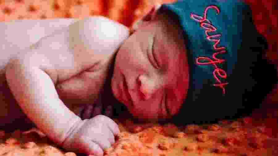 Sawyer Lacey nasceu há cerca de um ano como resultado de uma doação de embrião - Reprodução/BBC