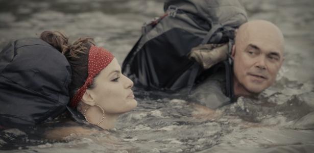 Isabeli atravessou rio sem perder a pose, a maquiagem e o brincão - Divulgação