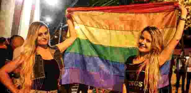 9.nov.2016 - Anny Mendes, 23, e Léia Alexandrino, 25. Fãs de Joelma de Coromandel (MG) e Santos (SP) levaram bandeira gay para a gravação do primeiro DVD da carreira solo da cantora paraense - Lucas Lima/UOL - Lucas Lima/UOL