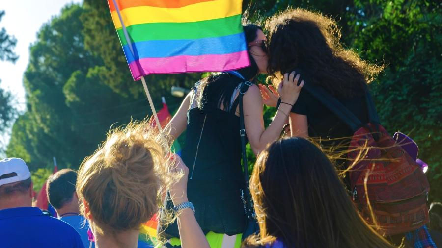 Nos EUA, a redução das tentativas de suicídio foi de 14% entre gays, lésbicas e bissexuais - Getty Images