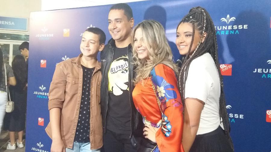 30.jun.2017 - Da esquerda para direita, Victor Alexandre, Xanddy, Carla Perez e Camilly Victoria - Ana Cora Lima/UOL