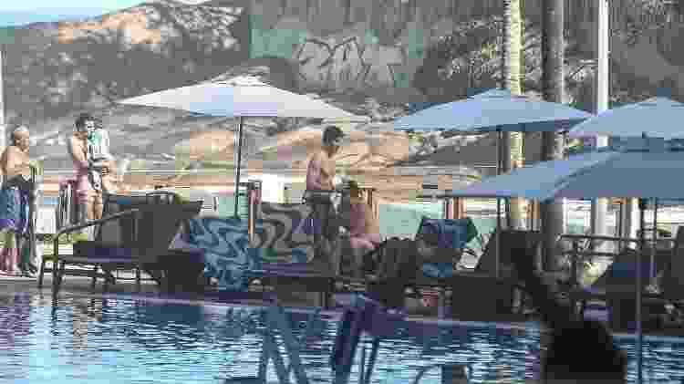 Sem camisa, Shawn Mendes curte a piscina do hotel em que está hospedado no Rio. Ele se apresenta no Rock in Rio no sábado - AgNews - AgNews