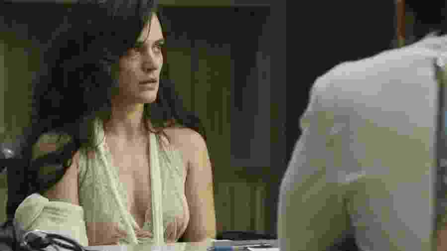 """Em """"O Outro Lado do Paraíso"""", Clara vai ao hospital após ser espancada por Gael e é atendida por Renato  - Reprodução/Gshow"""