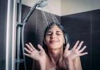 Morte após selfie na banheira reacende riscos de usar celular no banheiro (Foto: iStock)