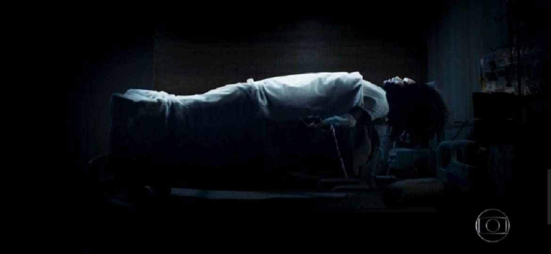 """Em """"Outro Lado"""", Raquel flutua sobre cama e cena é comparada ao """"Exorcista"""" - Reprodução/TV Globo"""