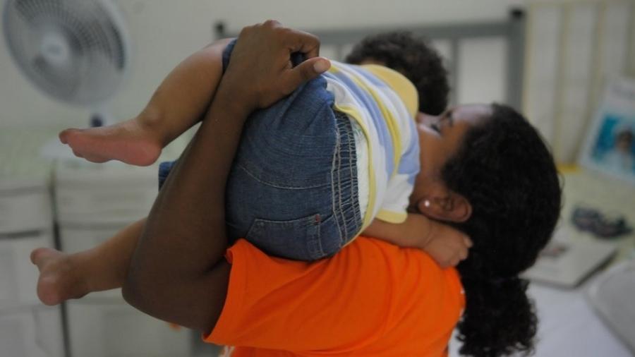 Mãe com filho no Complexo Penitenciário de Bangu; proteção à criança depende da proteção à presa, diz advogado - Tânia Rego/Agência Brasil