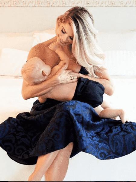 Karina Bacchi amamenta o filho, Enrico - Reprodução/Instagram