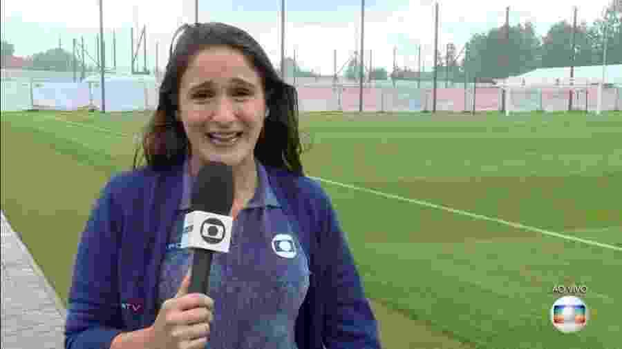 """Repórter Júlia Guimarães é surpreendida por chuva intensa ao entrar ao vivo no """"Bom dia Brasil"""" - Reprodução/Globo"""
