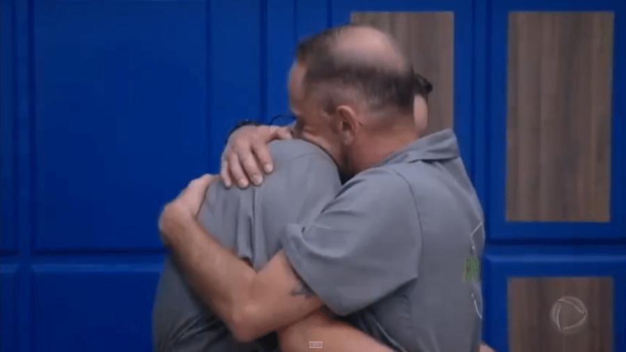 Rafael e Perlla se abraçam após prova - Reprodução/PlayPlus