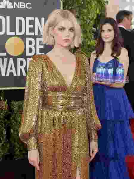 """A """"moça da água"""" do Globo de Ouro atacou novamente atrás da atriz Lucy Boynton, de """"Bohemian Rhapsody"""" - Stefanie Keenan/Getty Images for FIJI Water - Stefanie Keenan/Getty Images for FIJI Water"""