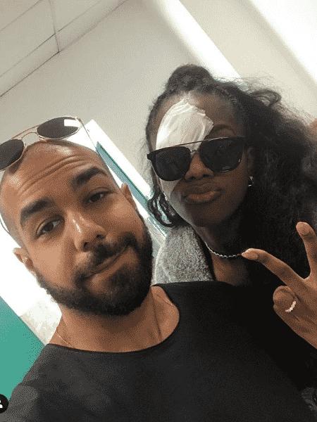 Iza com tampão no olho ao lado do marido,  Sérgio Santos  - Reprodução/Instagram