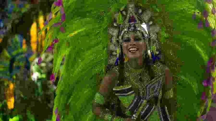Musa da Mangueira se diverte durante o Desfile das Campeãs de 2019 - Bruna Prado/UOL