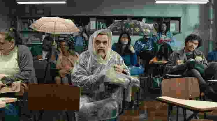 Alunos tentam ter aula mesmo com a chuva na sala em Segunda Chamada - Reprodução/Globo