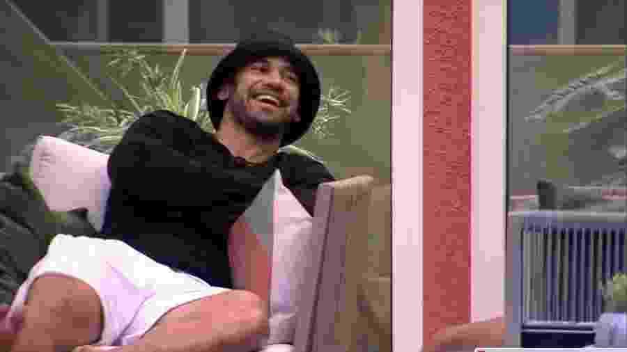 BBB 20: Hadson conversa com Guilherme na varanda - Reprodução/Globoplay