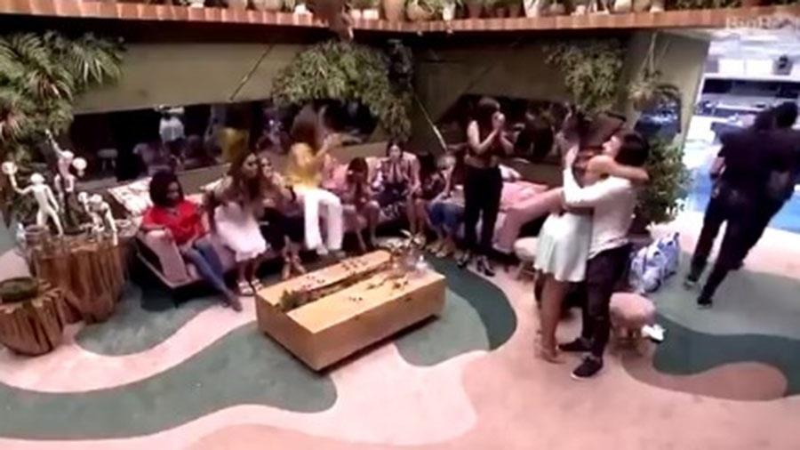 Daniel se joga no sofá ao saber de eliminação de Pyong - Reprodução/TV Globo