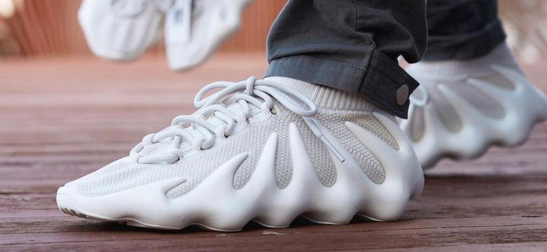 """Yeezy 450 """"Cloud White"""" foi o item masculino mais pesquisado nos primeiros três meses, de acordo com a Lyst, plataforma de buscas internacional - Divulgação"""