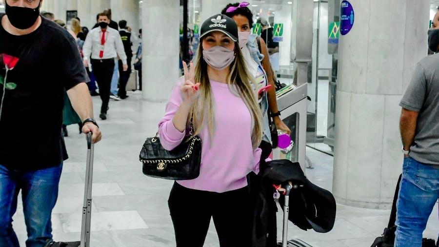 Carla Diaz usa bolsa da grife Chanel - Webert Belecio / AgNews