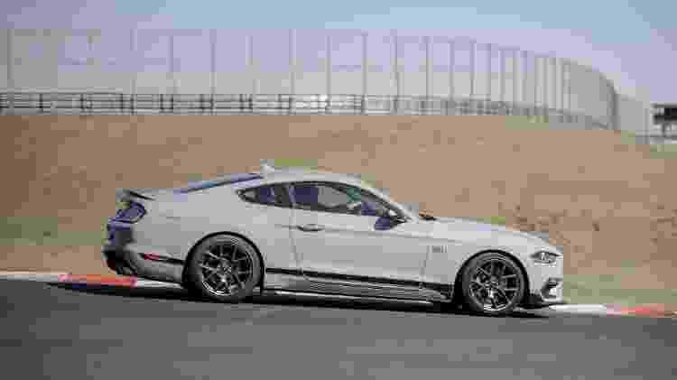 Mustang Mach 1 dinâmica lateral direita - Divulgação - Divulgação