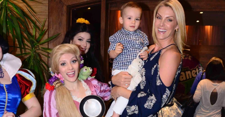 12.ago.2015- Ana Hickmann leva o filho Alexandre para se divertir na festa das gêmeas Maya e Kiara