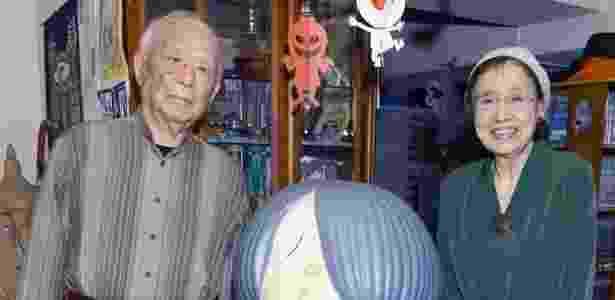 Mizuki posa ao lado da mulher Nunoe Mura com o personagem Ge-ge-ge no Kitaro - Reuters