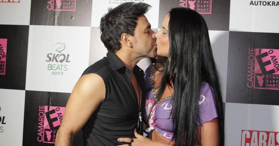 6.fev.2016 - Zezé Di Camargo chega depois do irmão Luciano ao camarote É o Amor e troca beijos com a namorada Graciele Lacerda